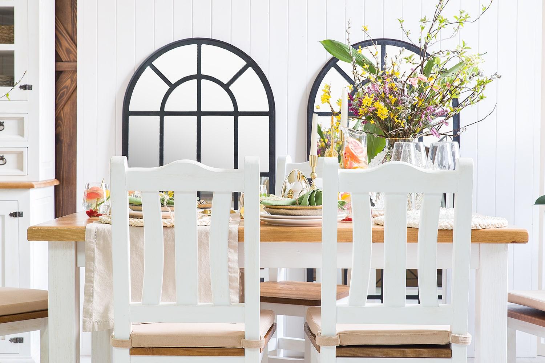 drevený biely stôl a stoličky do kuchyne